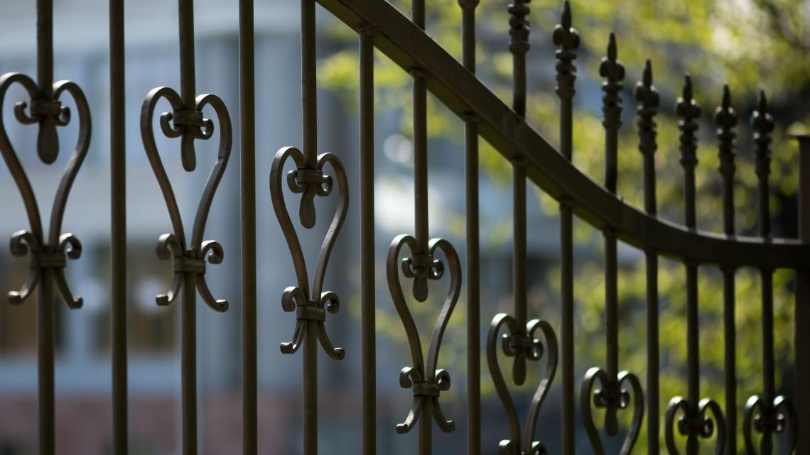 Enyveskezű látogatók: nyoma veszett a temető új kovácsoltvas kerítésének