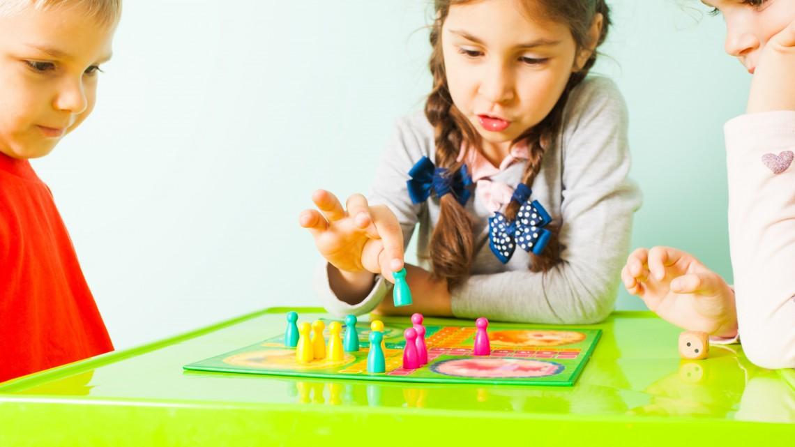 Így is lehet: unta az anya a mobilozó gyerekeket, inkább társasjátékot készített