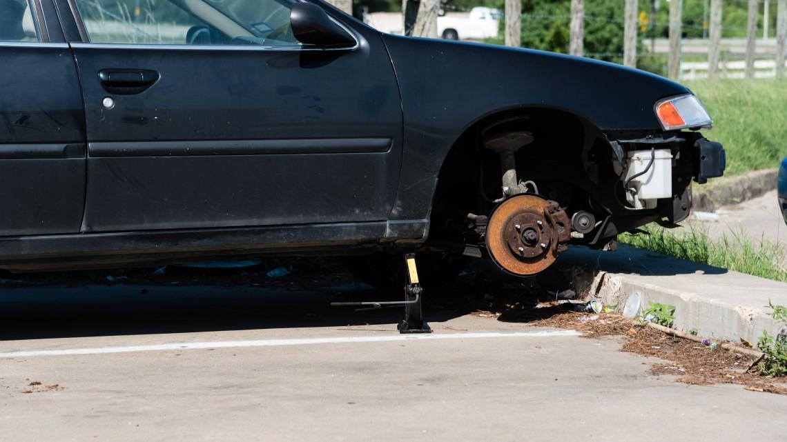 Szervezett bűnözés Győrben: sorra fújják meg az autósok kerekeit