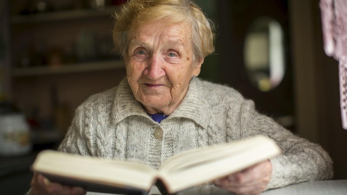 Nyugdíjasok tömege várja, mikor szólal meg a csengő: házhoz viszik a szórakozást