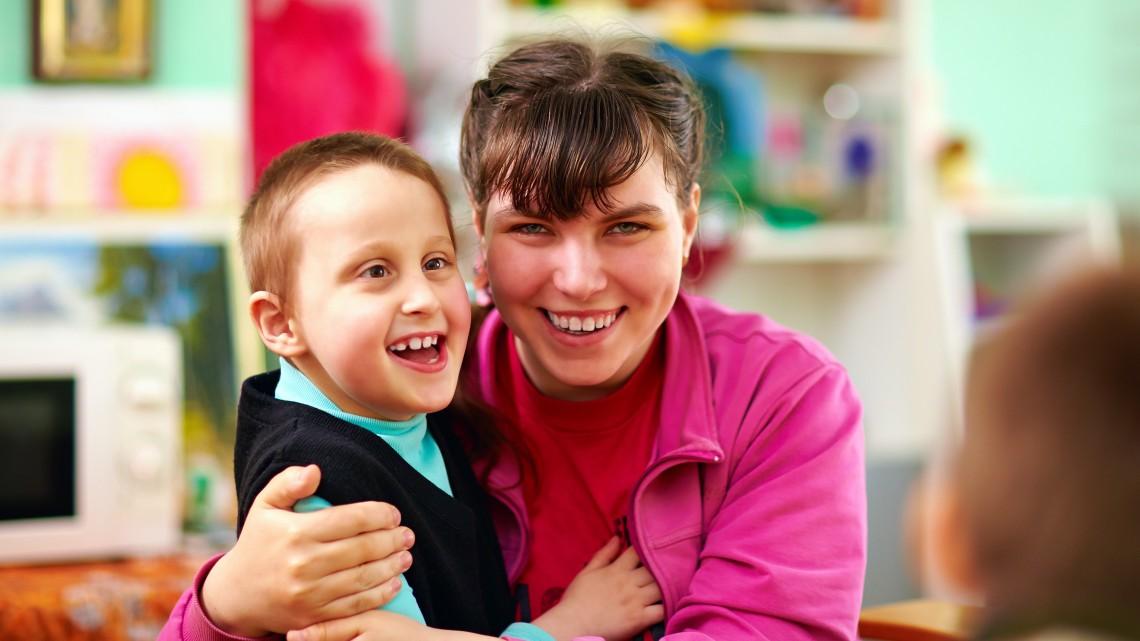 Havi százezer forintot kapna a gyermekét otthon ápoló szülő