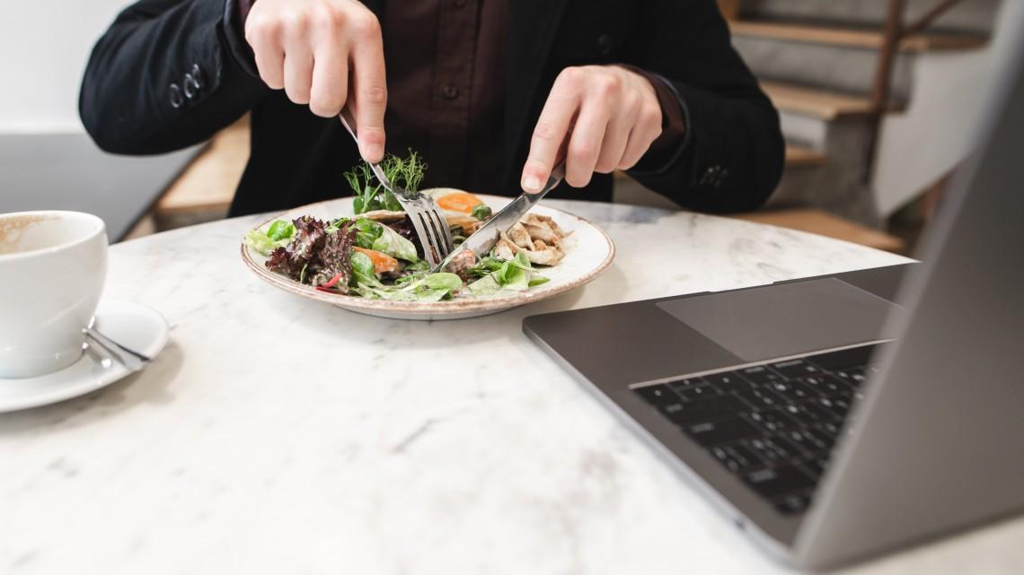 Belehúzott a vidék: még mindig sztenderd a számítógép előtt ebédelni