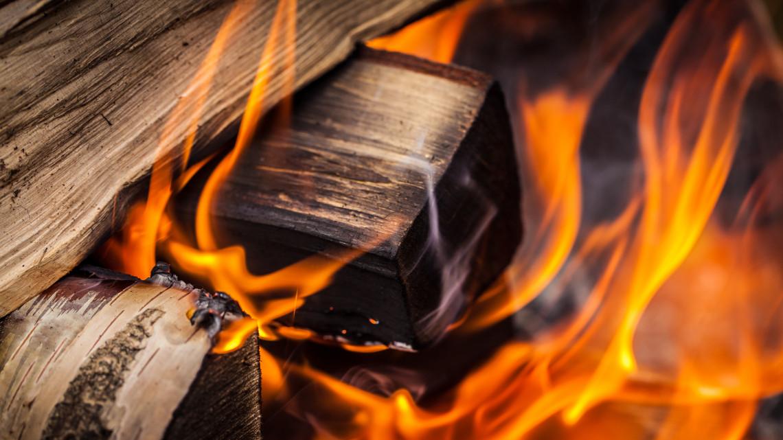 Egyszeri támogatás segíti a fával és szénnel fűtő háztartásokat