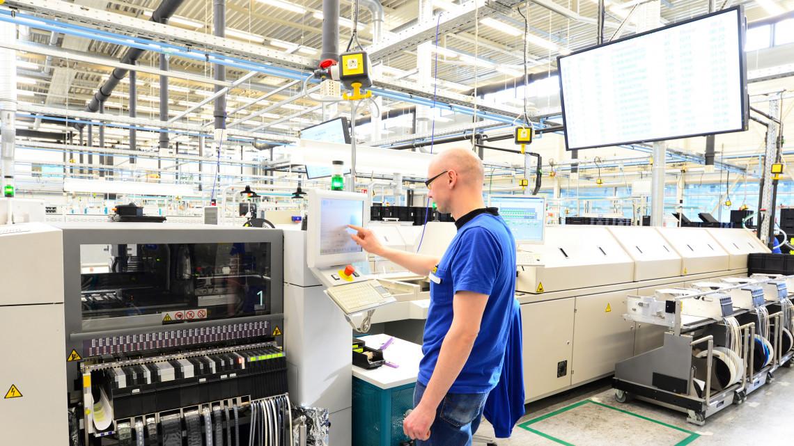 Sikeres bértárgyalás a vidéki gyárban: jelentős fizetésemelés üti a melósok markát