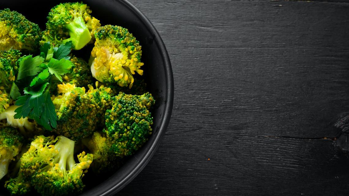 Hatalmas nézettségű videó került fel a kislányról, aki jobban szereti a brokkolit, mint a csokit