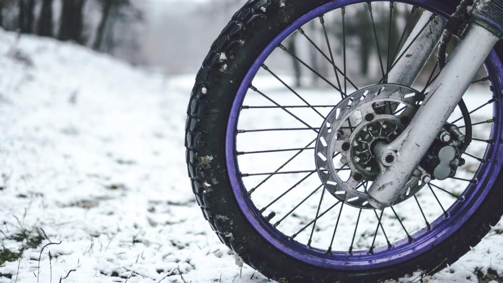 Havas, jeges úton motorral? Lehetséges, mutatjuk, mire figyelj