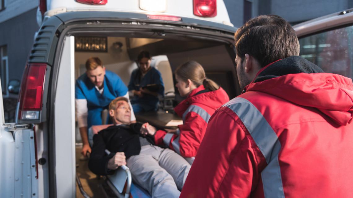 Év végén van a legtöbb dolguk a mentősöknek