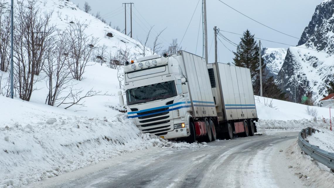 5 túlélő tipp a biztonságos téli vezetéshez