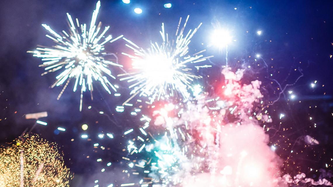 Tűzijátékkal lepnéd meg a barátokat szilveszterkor? Itt a szakértő tanácsa