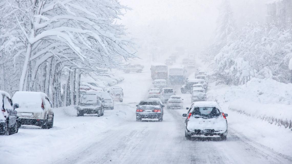Balesetek és lezárt kifutópályák: az erős havazás rengeteg gondot okozott ma