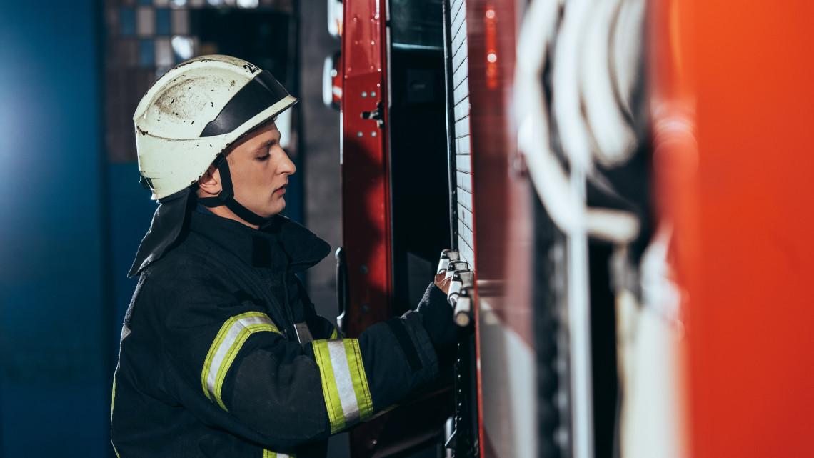 Vidéki városokban javulnak a tűzoltók és katasztrófavédelmisek munkakörülményei