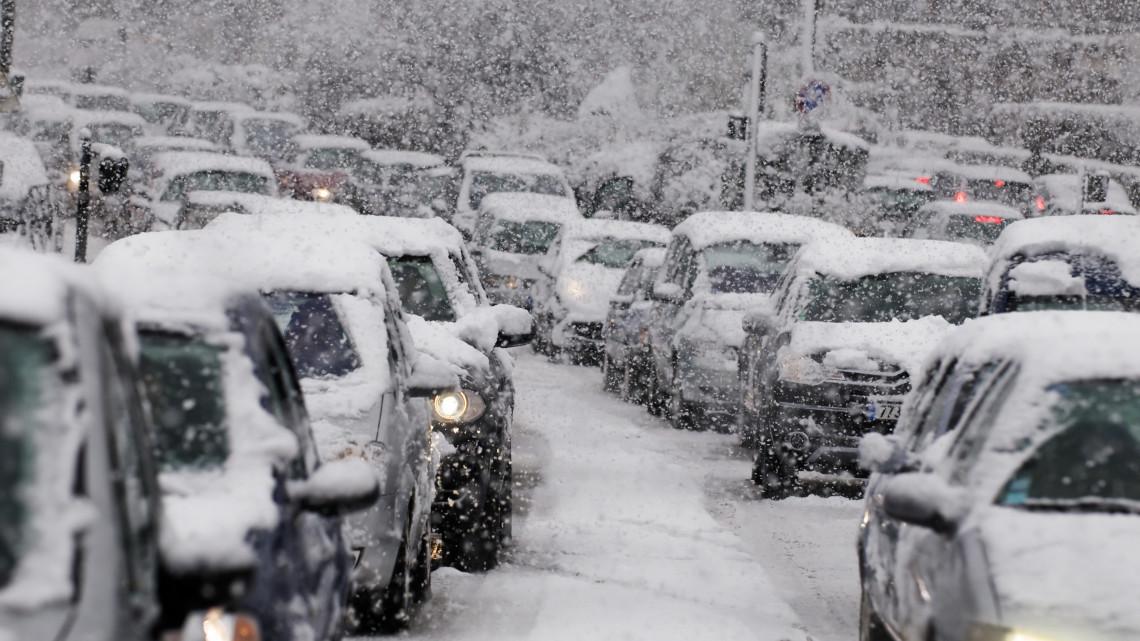 Káosz az utakon: balesetekre és csúszós, lezárt utakra kell számítani