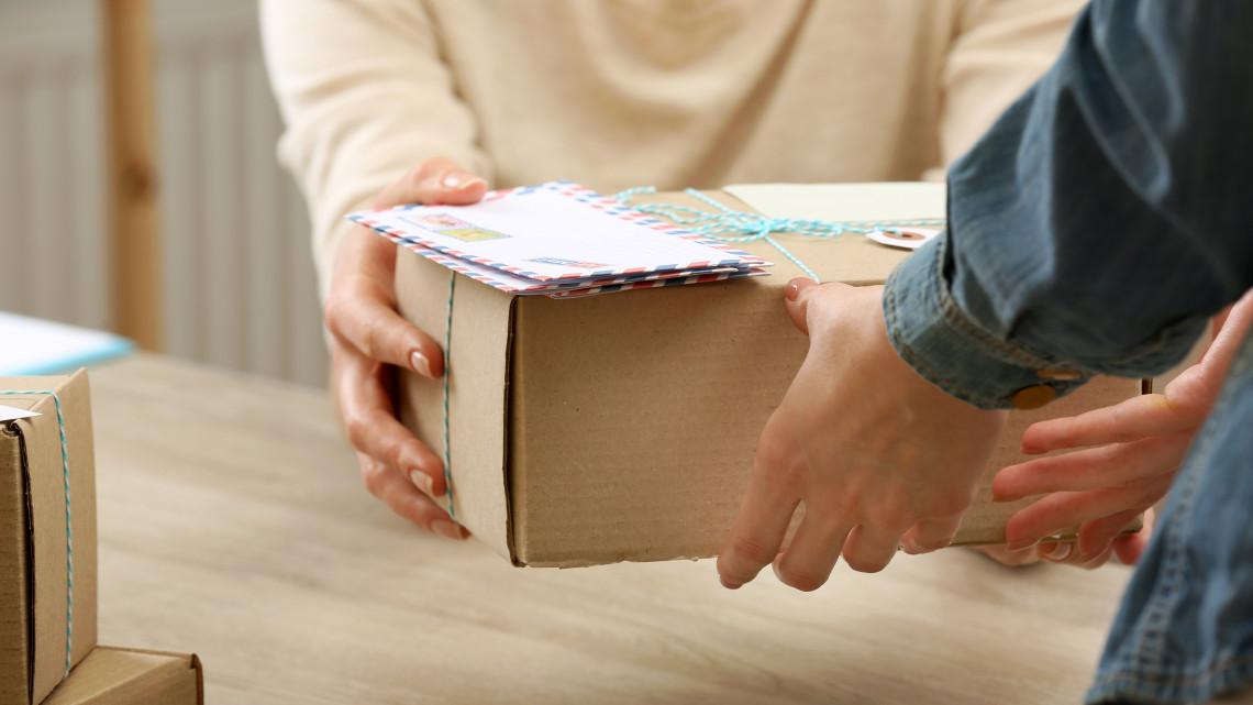 Rekord a Postánál: elképesztő mennyiségű csomagot küldtünk tavaly