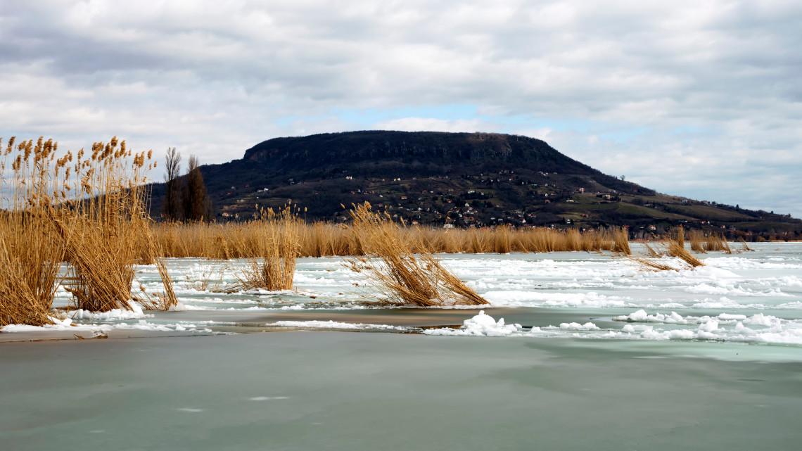 Kiderült: az enyhe tél miatt lepi el a nád a magyar tengert