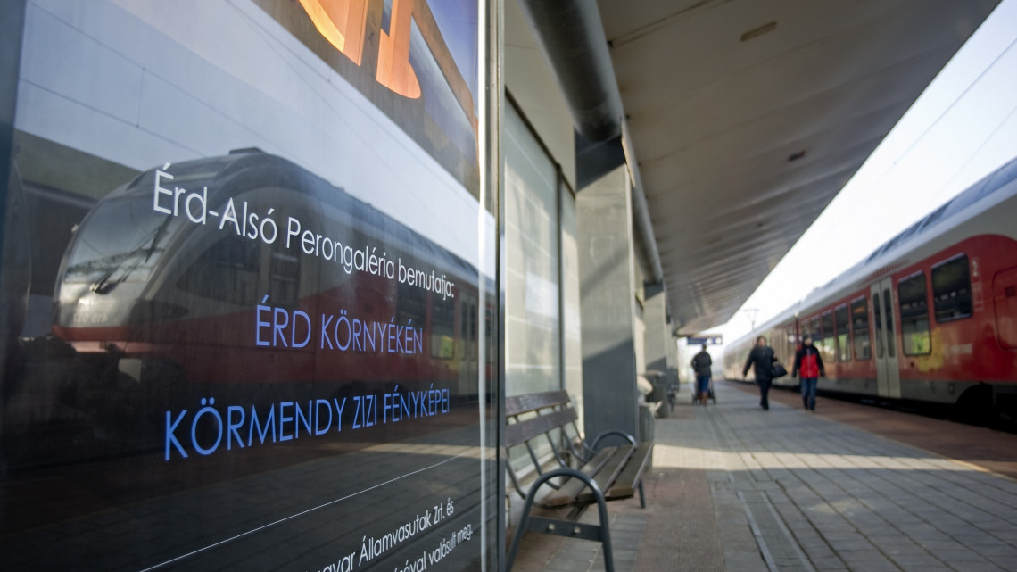 Újítások a peronokon: várakozás közben kiállítást nézhetnek az utasok