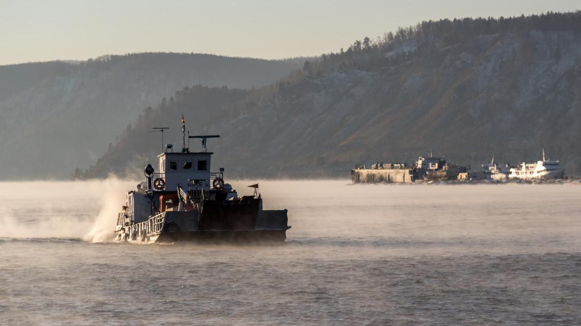 Kiderült: nyelvi nehézségek miatt vesztegel Esztergomnál a román hajó