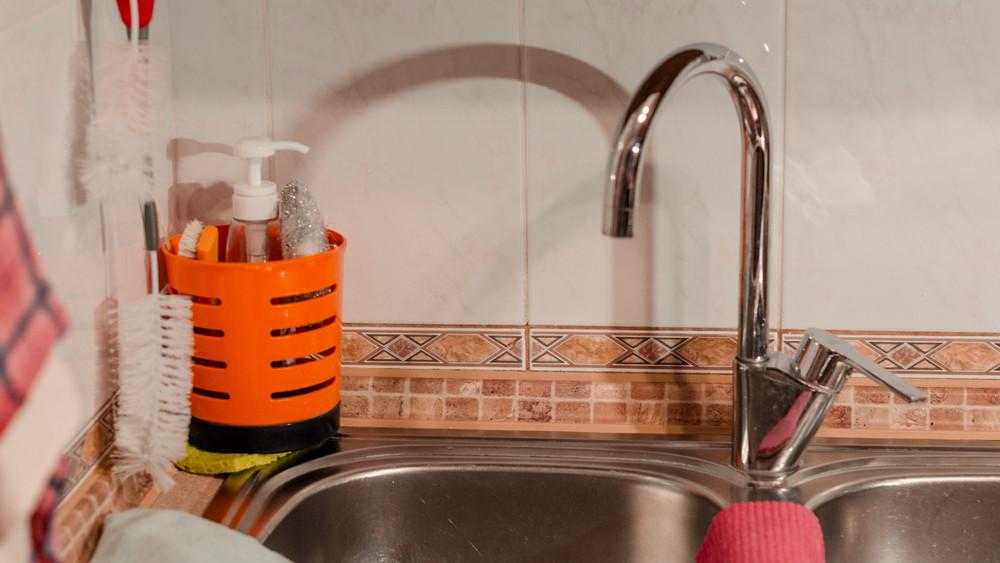 Mégis, mi folyik Somogyban? Rózsaszín víz folyik a csapból - képeken a bizonyíték