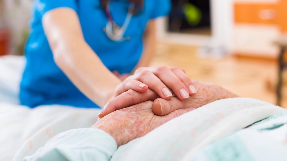 Nőttek az ápolói bérek, de még mindig csak negyedannyi szakember van, mint amennyi kéne