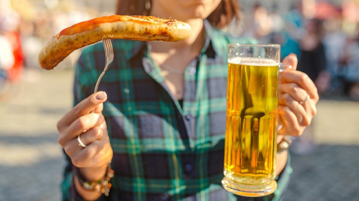 Dorbézolnak a magyarok: húsra, sörre és sajtra költik a fizetésüket