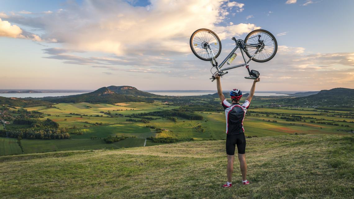 Itt a magyar bringaparadicsom: négyszer annyi kerékpárút lesz a Balatonnál, mint eddig