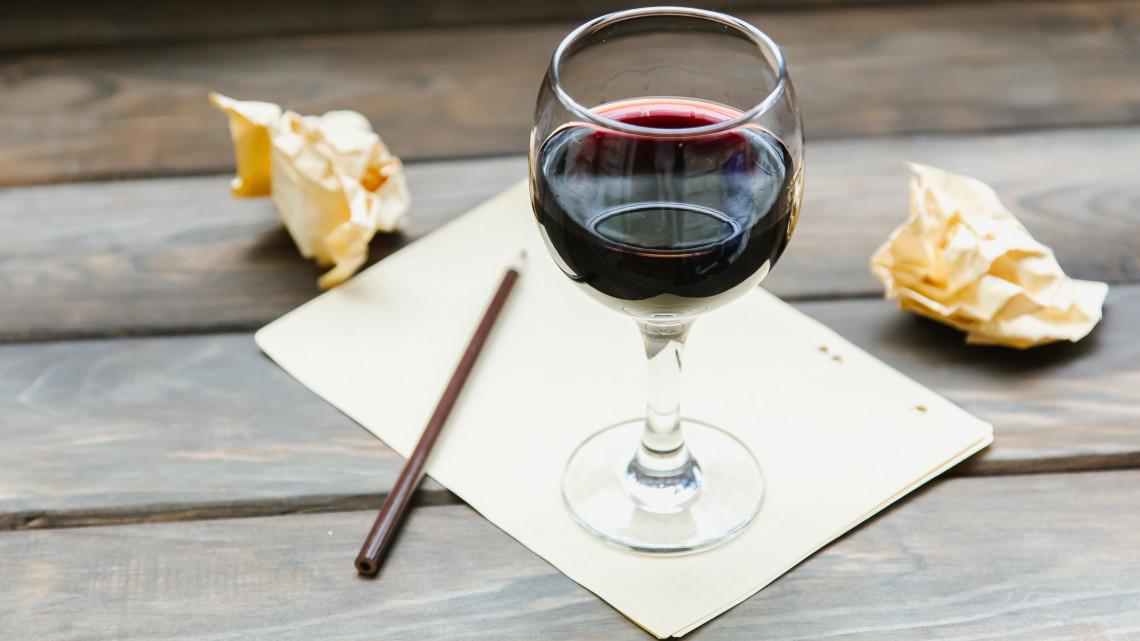 Irodalom a borospalackon: különleges köntösben a villányi pincészet borai