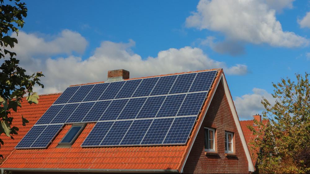 Lenullázható a villanyszámla? Egyre többen használnak napelemeket hazánkban