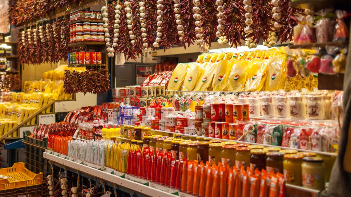 Új plecsni a csomagoláson: így promóznák a magas minőségű magyar élelmiszereket