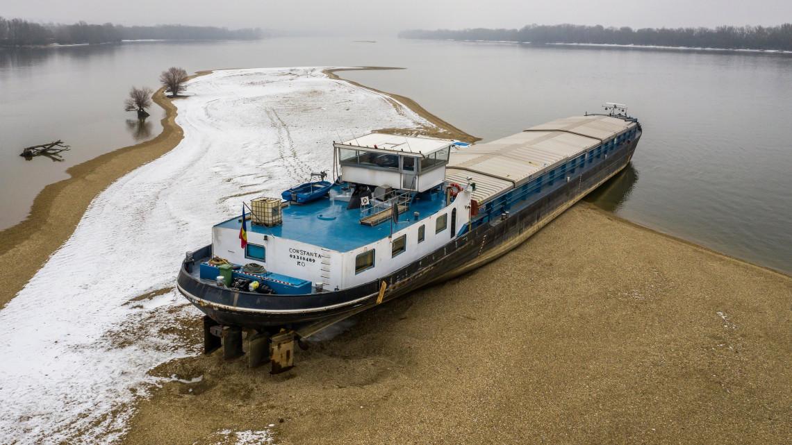 Vége a drámának: közel 2 hónap után kiszabadult a Dunán zátonyra futott hajó