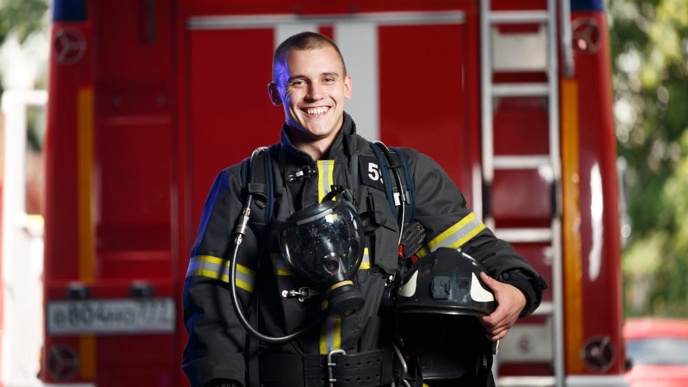 Ennél bájosabb ma már nem lesz: nőnapon verselnek a magyar tűzoltók