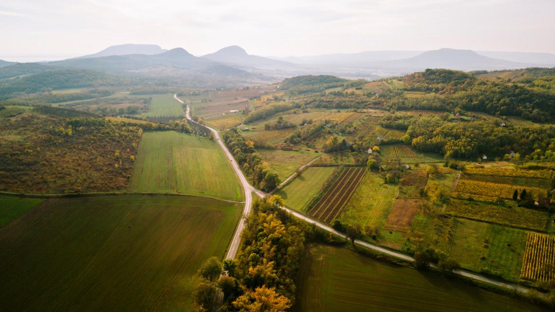 Íme, az aprócska falu, ahol legyőzték a balatoni turizmus ősi ellenségét