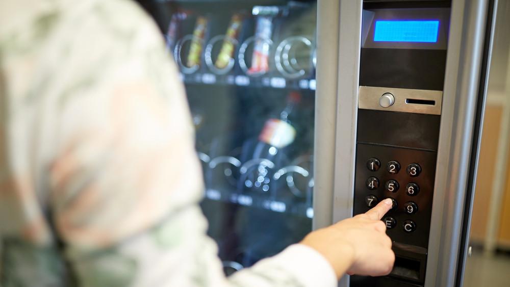 Egyre magasabb árak, kisebb forgalom: befellegzett az italautomatáknak?