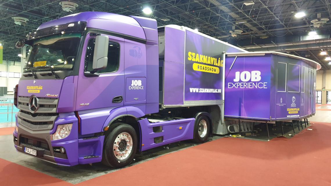 Útnak indult a magyar roadshow: a lila kamionok 52 helyszínre látogatnak el