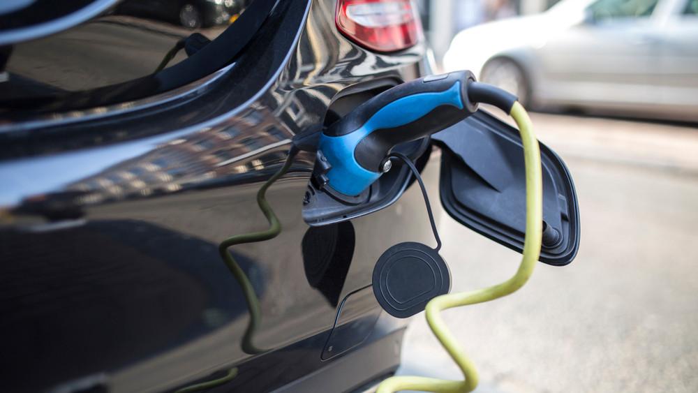 Hódítanak az elektromos autók: új töltőállomásokat adtak át vidéken