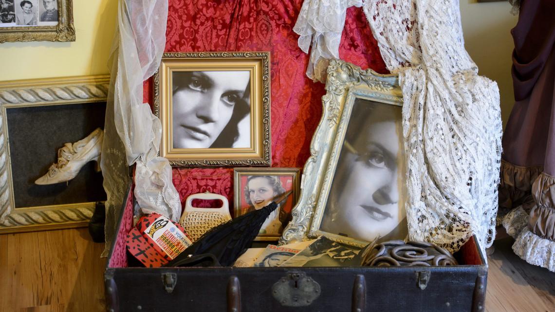 Dívák extravagáns jelmezeiből nyílik kiállítás vidéken