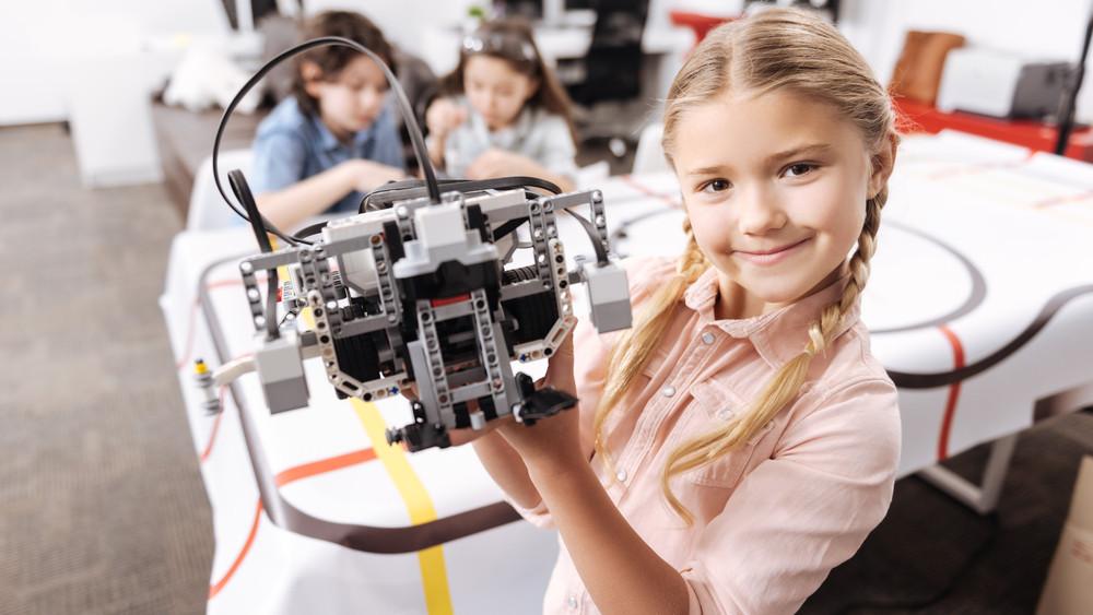 Több lányt terelnének műszaki pályára: 18 városban lesznek programok