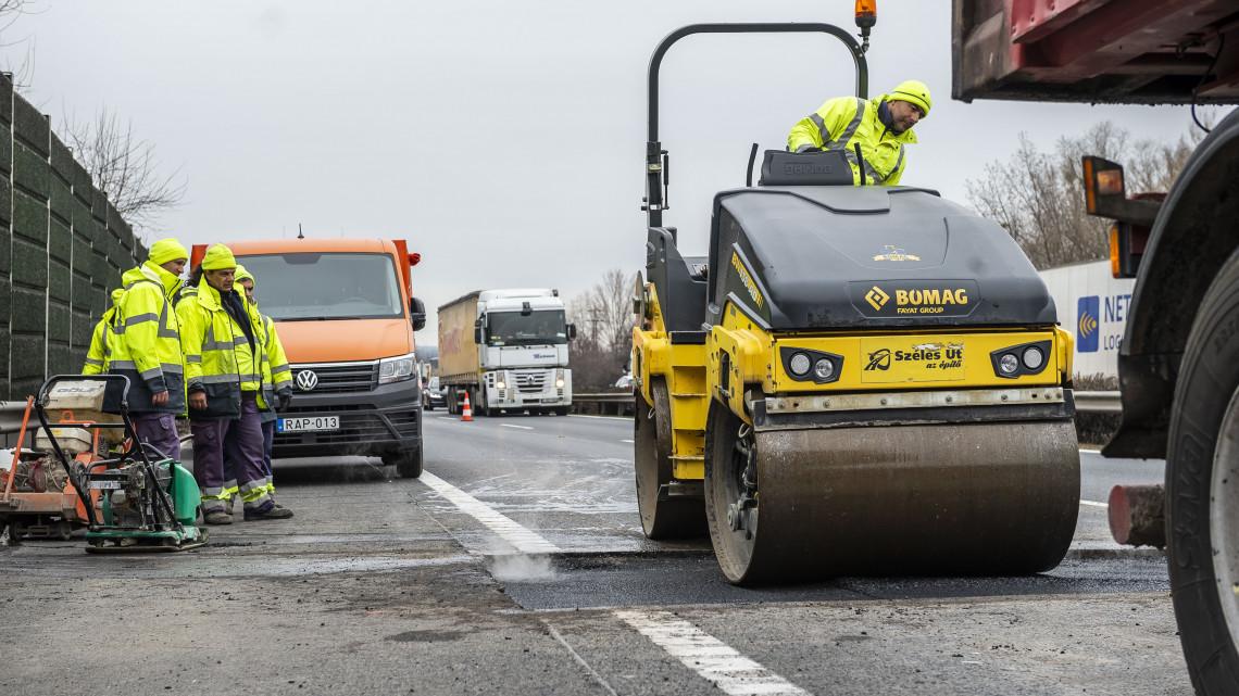 Forgalomkorlátozás jön az M1-esen: itt számíthatnak dugóra az autósok