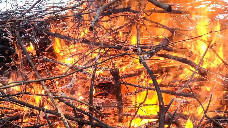 Tűzvész: százával lángolnak körbálák Kiskunmajsán