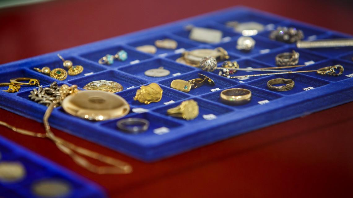 Gazdag műkincsgyűjteményre leltek Keszthelyen: a leletek egy pincéből kerültek elő