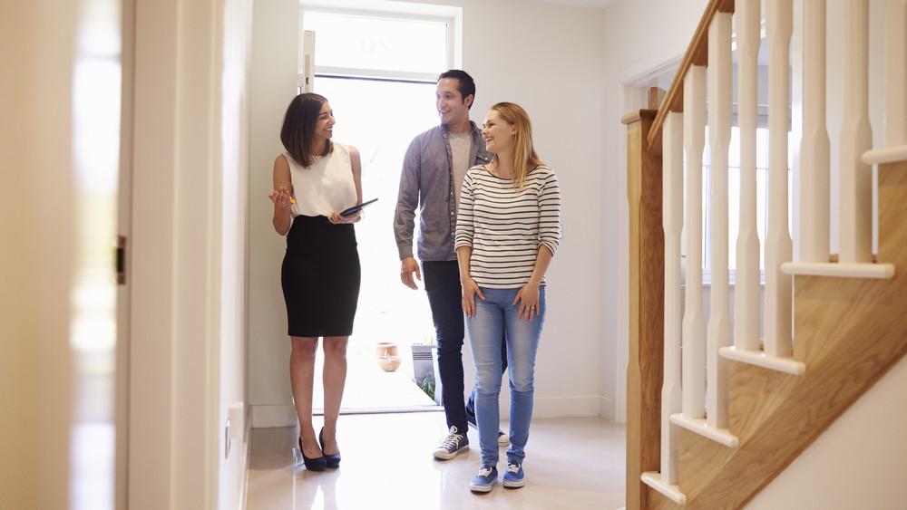 A fővárosban magasak a bérek, vidéken mégis könnyebb összespórolni egy lakást