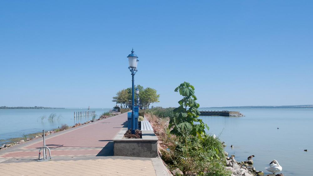 Víz borítja a partot Keszthelynél: kiöntött a Balaton