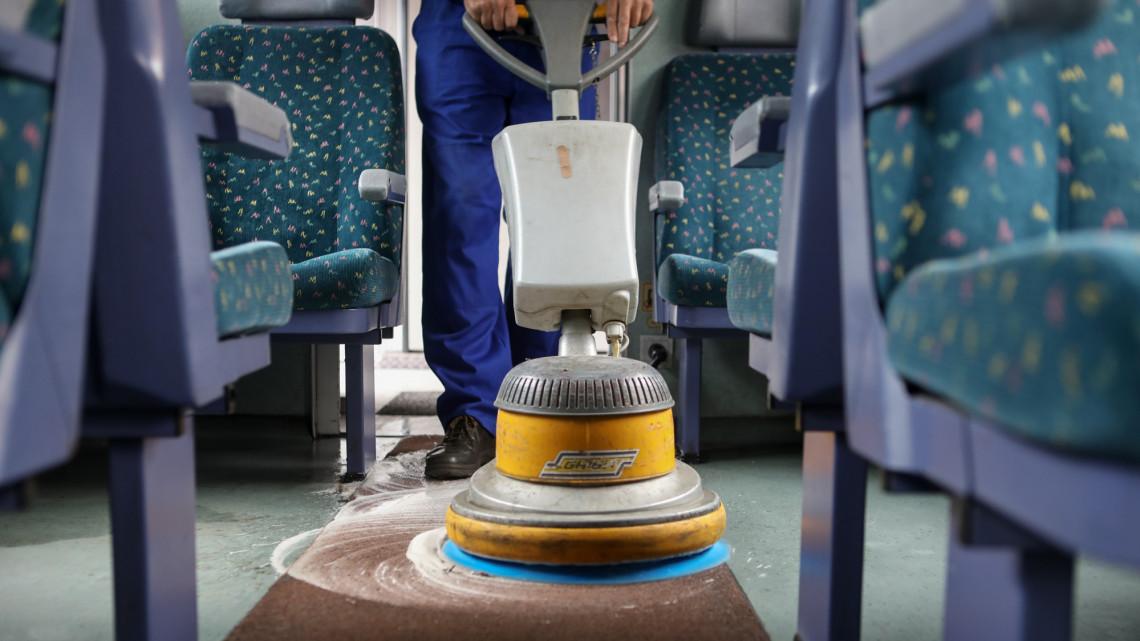 Nagytakarításba kezd a MÁV: nyáron már minden személyszállító vonat csillogni fog!