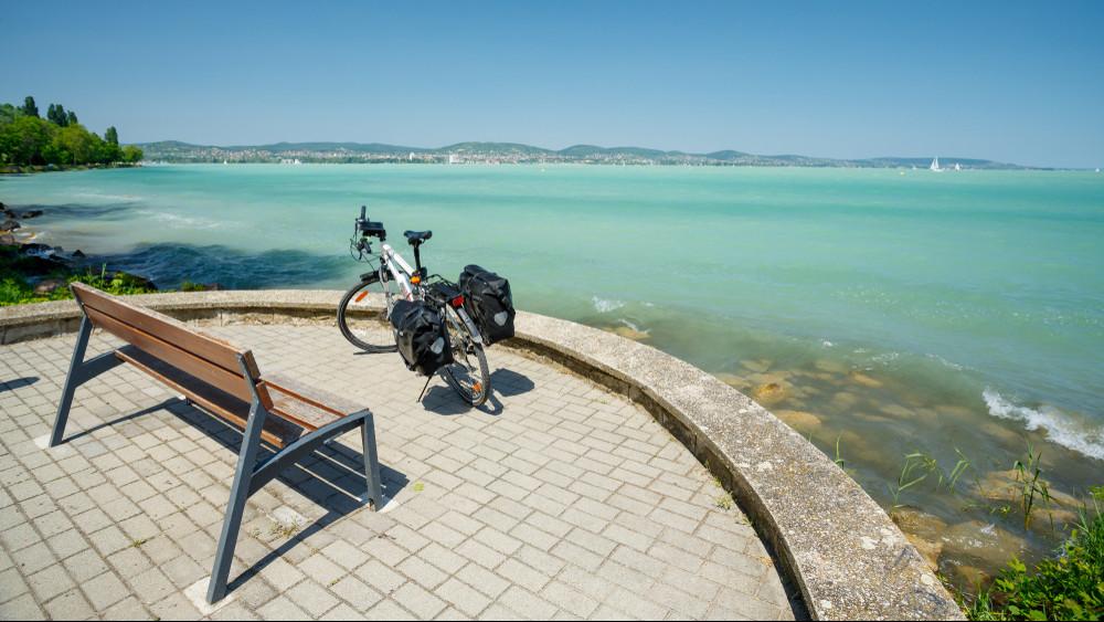 Hatalmas biciklis fejlesztések kezdődnek: vár a Balaton!