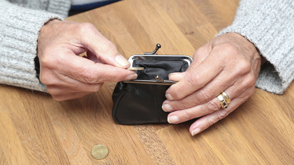 Nyugdíjasoknak és diákoknak osztogat ingyenpénzt a vidéki önkormányzat