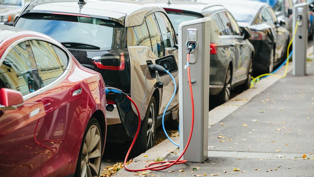 Örülhetnek a villanyautósok: 360 új elektromos töltőállomás épül országszerte
