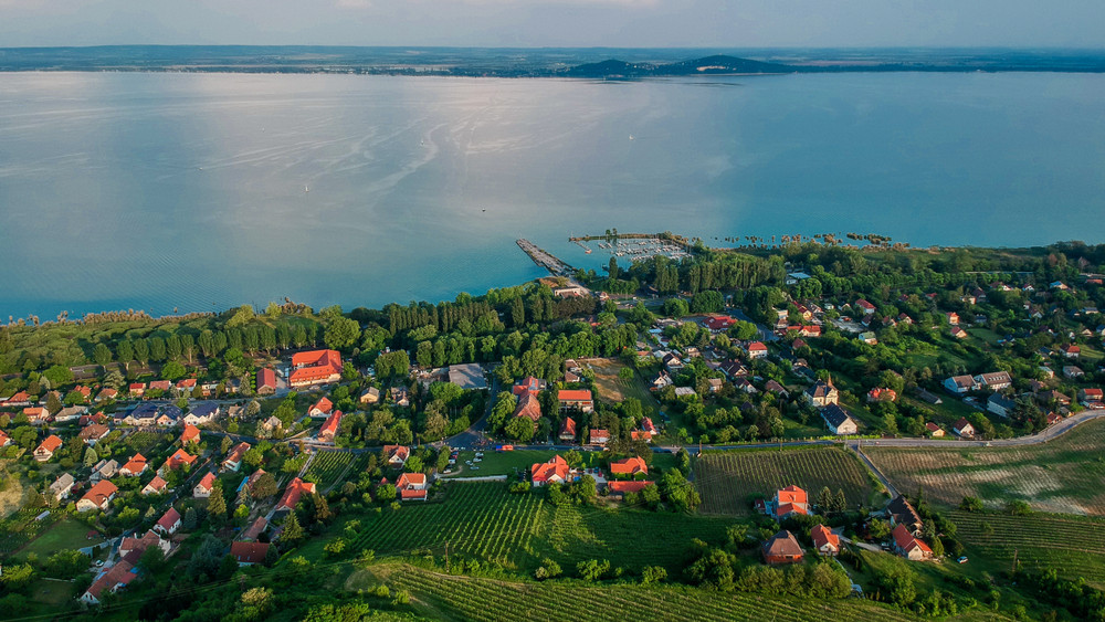Őrület, mi megy a Balatonnál: ilyen házakat vesznek a pénzes magyarok