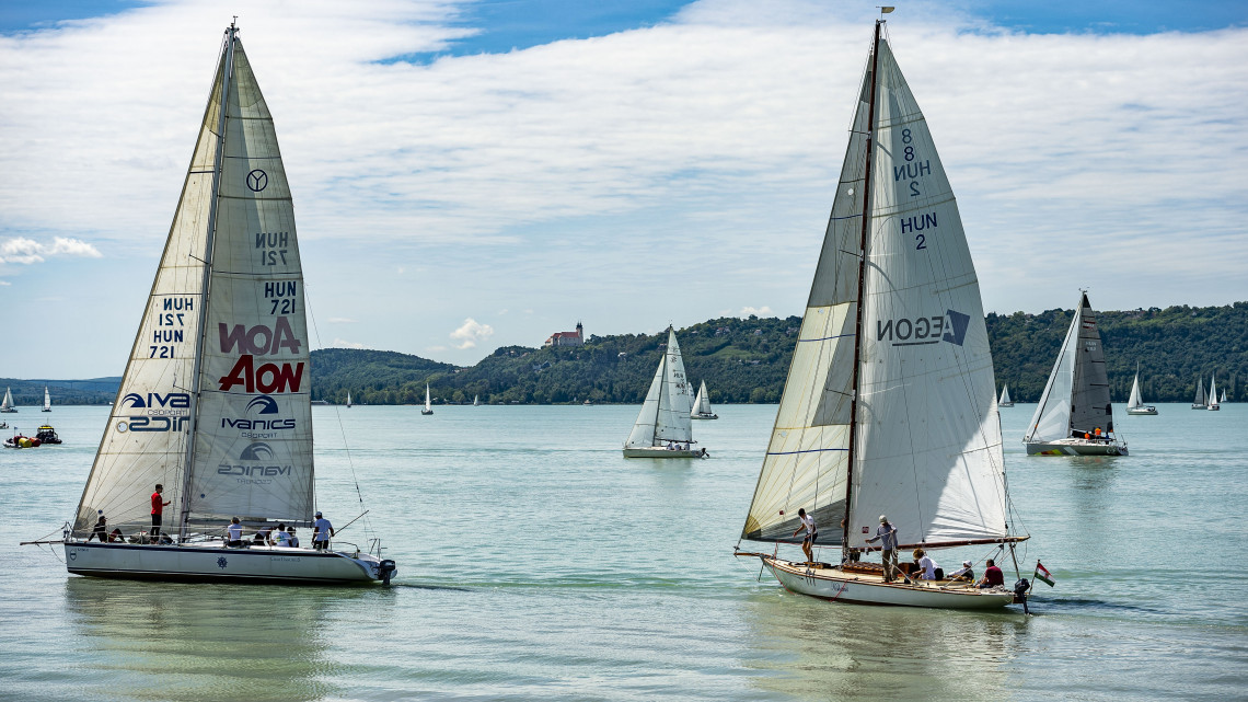 Már süvítenek a vitorlások a Balatonon: idén sok verseny és fejlesztés várható