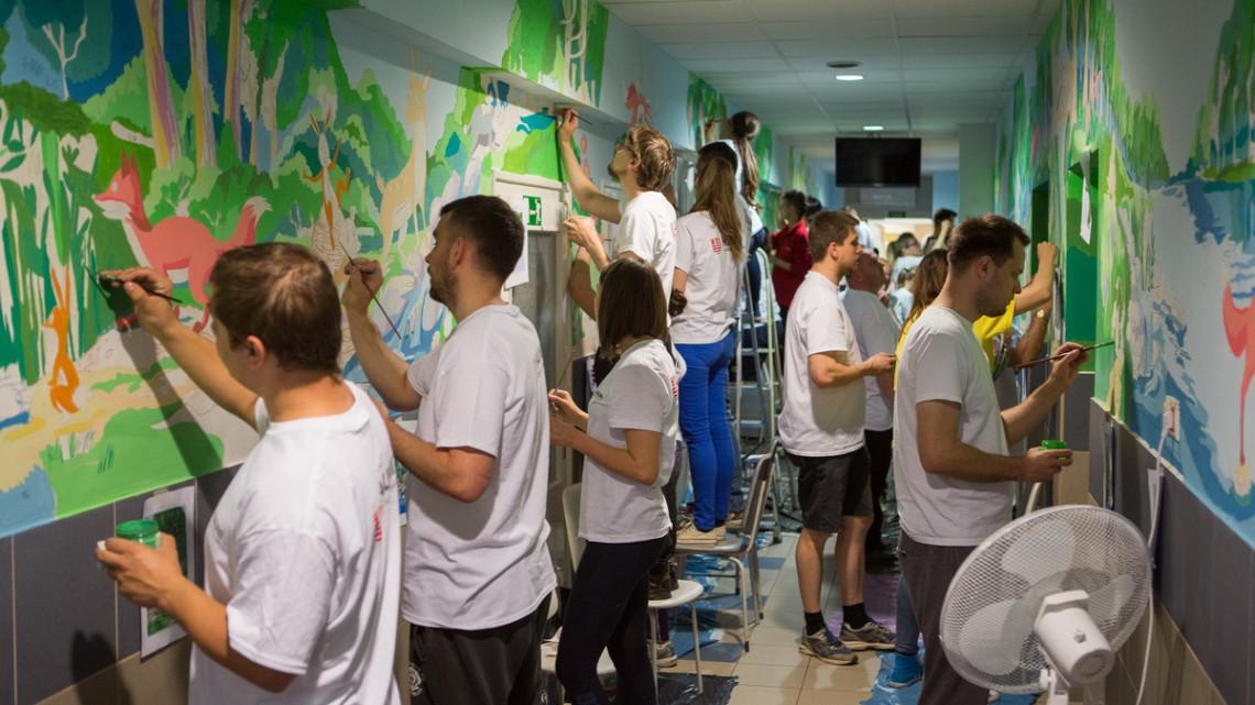 Mesés kezdeményezés: kifestették a gyermekklinikát a multi munkatársai
