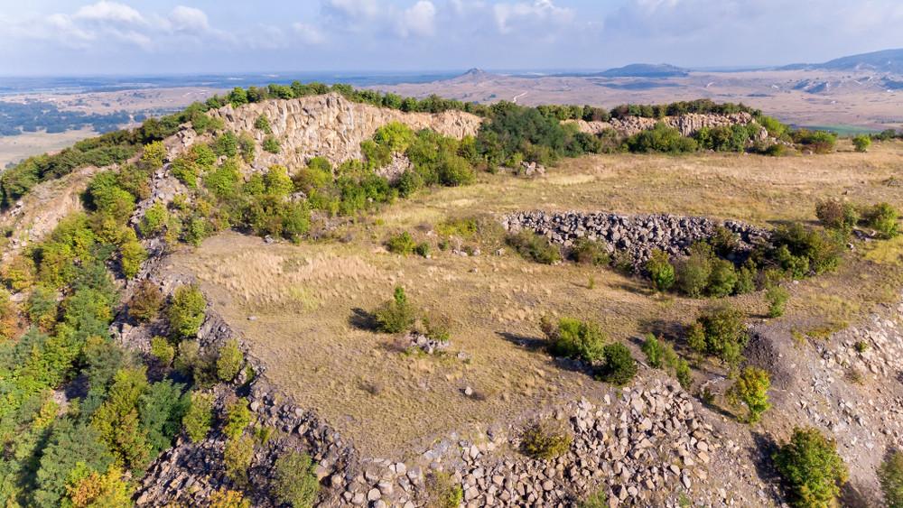 Áldatlan állapotok a Balatonnál: sitthalom csúfítja a szép panorámát