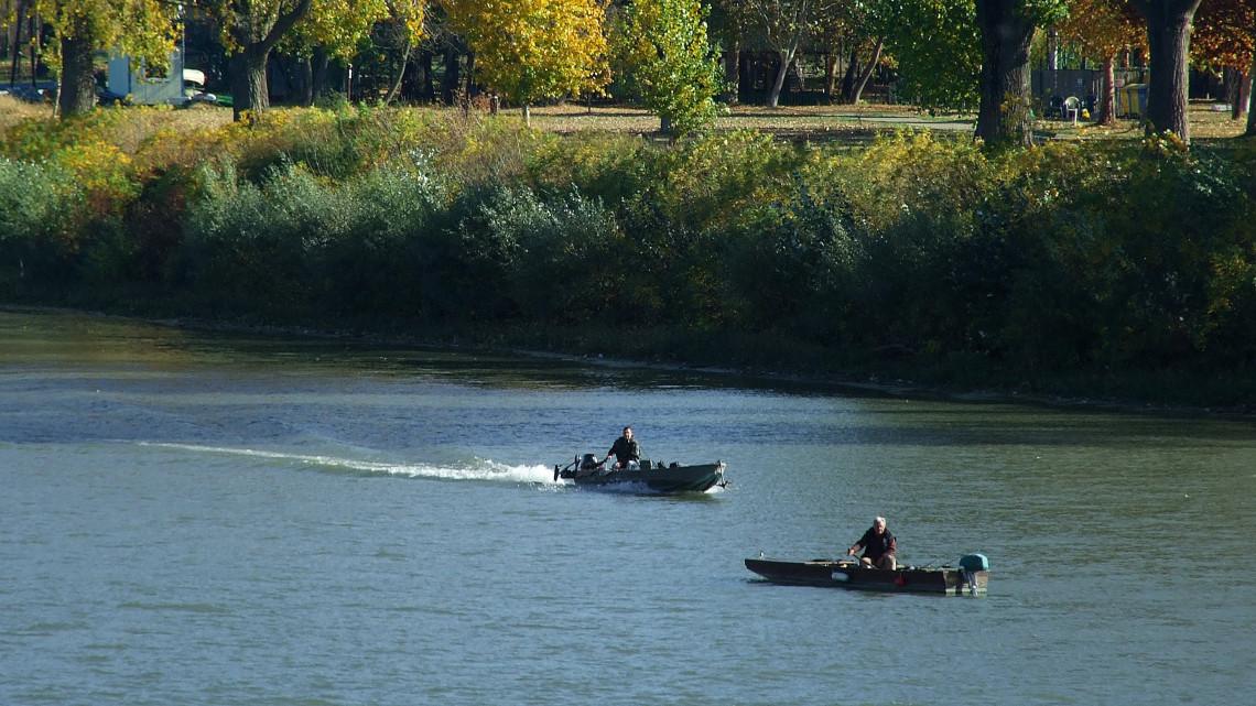 Továbbra sem apad a Tisza vízszintje: Szegeden már lezárták a rakpartot