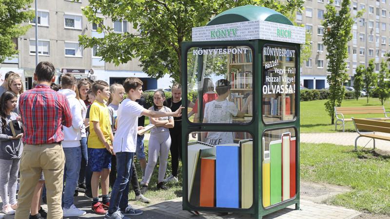 Könyvmolyok, figyelem: új funkciót kapott a győri telefonfülke